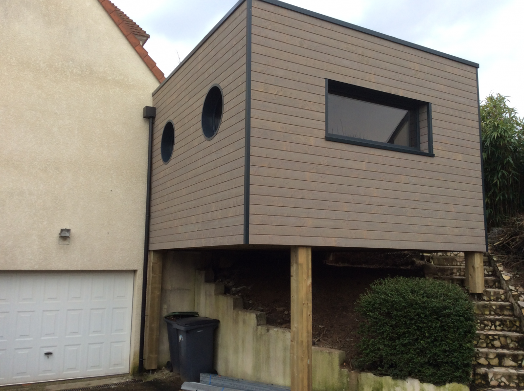 Une extension bois sur pilotis mondeville maisons d for Extension maison etage
